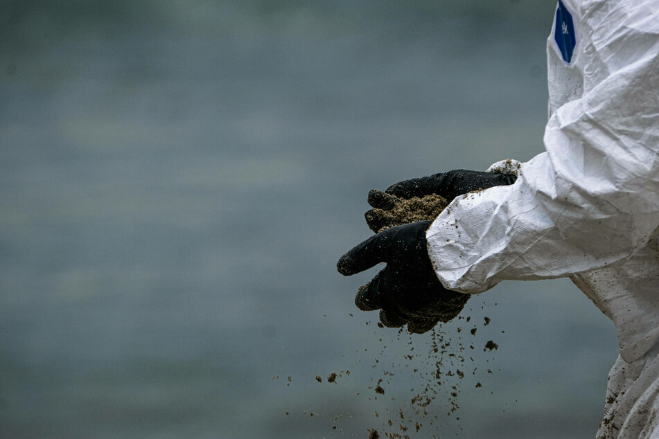 California oil spill leaves only clues, dead ends, and mysteries