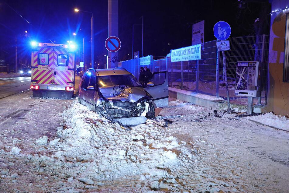 Die Front des Skoda Roomster ist vom Unfall schwer gezeichnet und völlig zerstört.