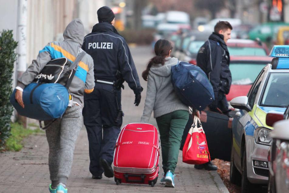 Nur zwei Drittel der geplanten Abschiebungen aus Hamburg klappen (Symbolbild).