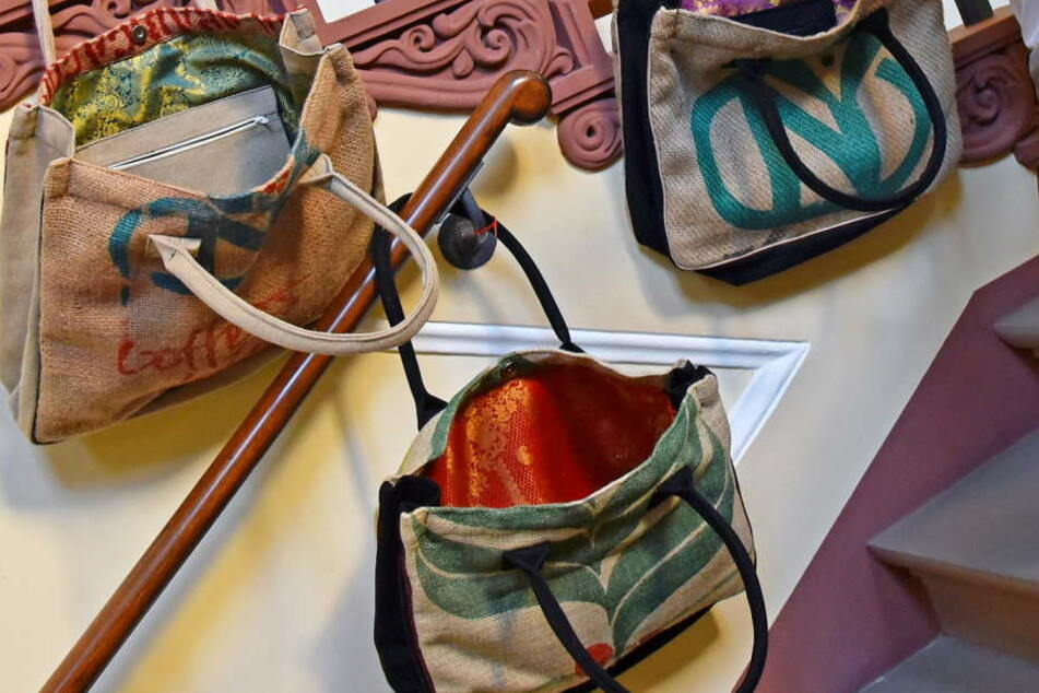 """Auch aus Kaffeesäcken genähte Handtaschen gehören zur Produktpalette des Labels """"Haftwerk""""."""