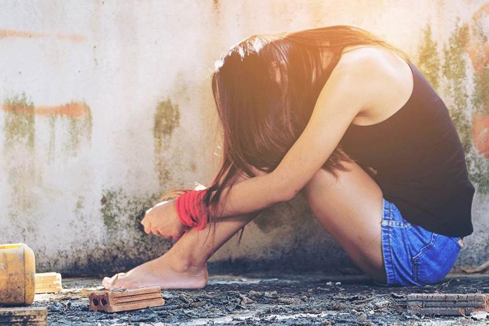 Männer vergewaltigen junge Mutter (25) über 45 Tage immer wieder