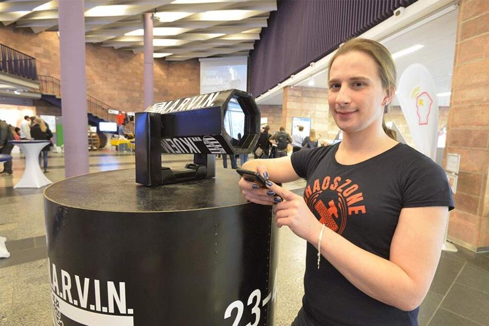 """Danielle Tändler (35) auf der Maker Faire mit """"M.A.R.V.I.N."""", dem Überwachungskamera-Roboter."""