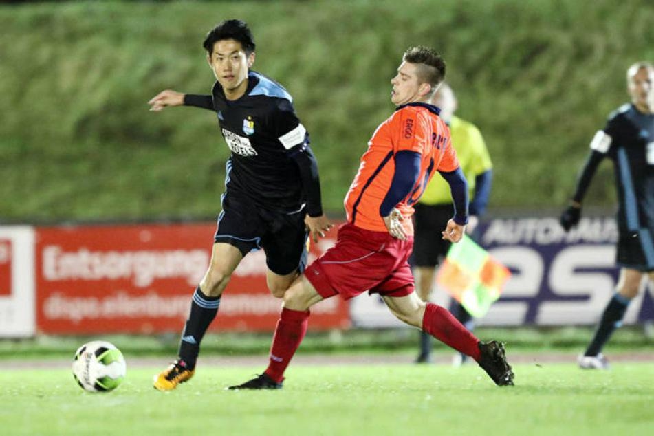 Der Japaner Naoyuki Yamazaki (l., hier gegen Eilenburgs Adam Fiedler am Ball) bekommt beim CFC keinen Vertrag - zumindest vorerst.