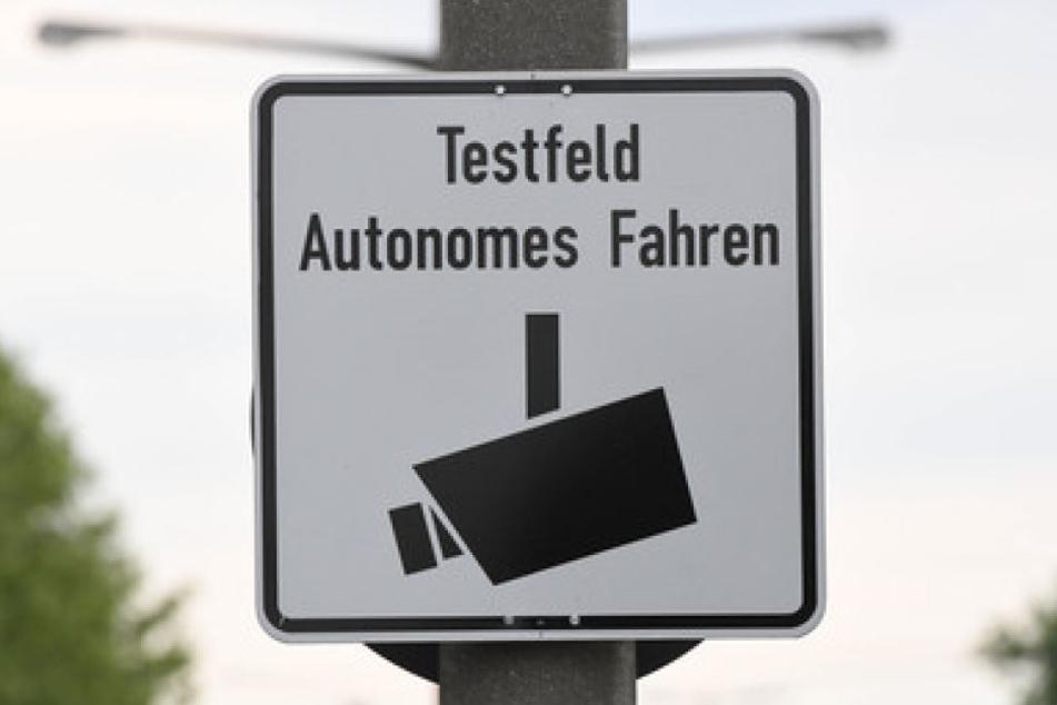 """An einer Straße ist ein Schild mit der Aufschrift """"Testfeld Autonomes Fahren"""" angebracht. Hamburg weitet seine Mobilitätsangebote von der Parkplatz-App bis zum Fahrzeug ohne Fahrer 2019 aus."""