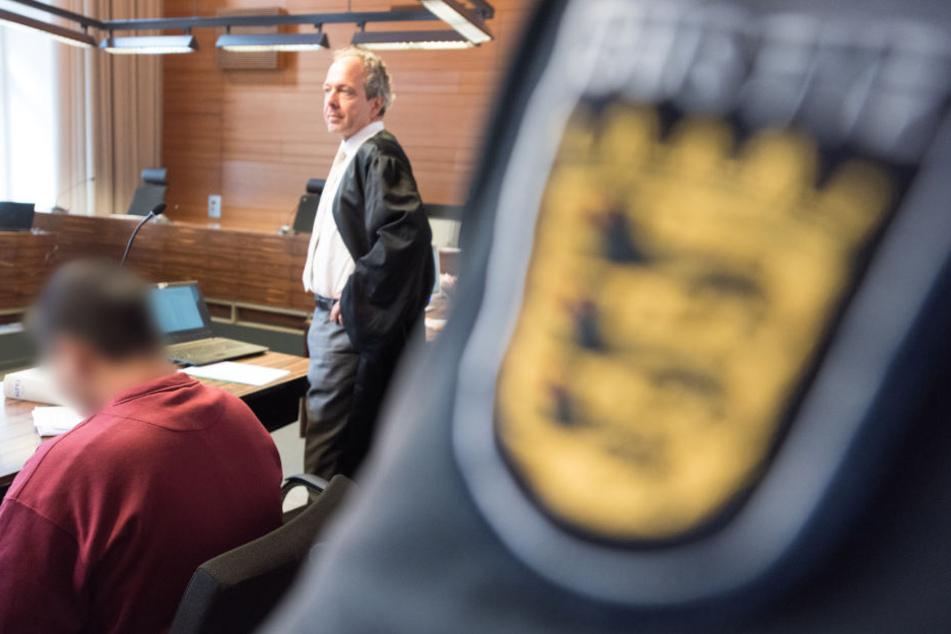 Die neue Altersangabe zu dem Angeklagten wirft neue Fragen auf.