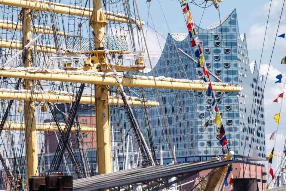 Der russische Großsegler Kruzenshtern liegt am Hafengeburtstags vor der Elbphilharmonie.