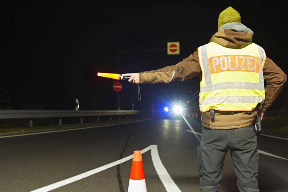 Die Polizeibeamten waren gerade im Begriff den Autofahrer zu kontrollieren (Symbolbild).
