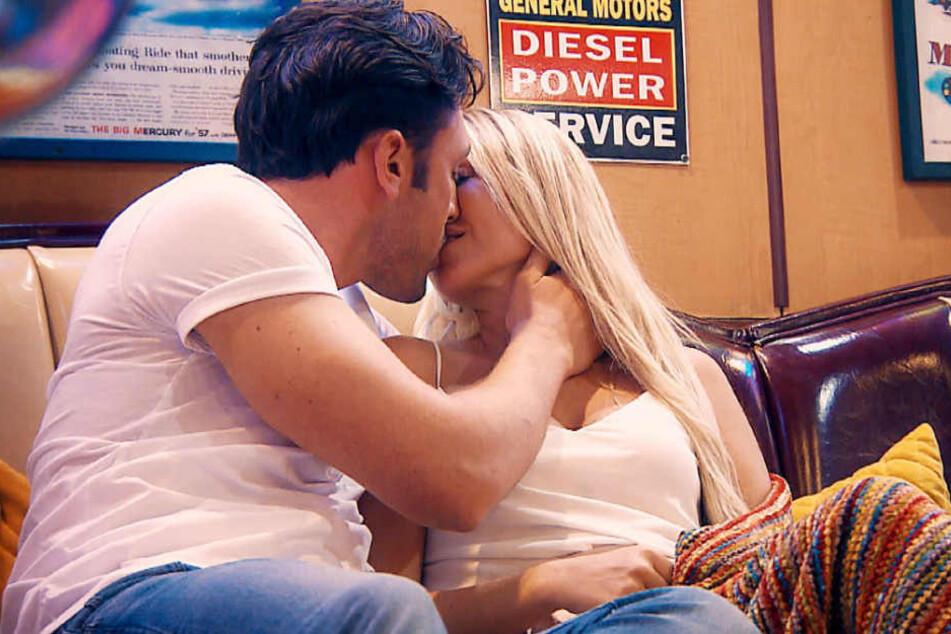 Dann sprühen die Funken so richtig: Jessi und Daniel küssen sich.
