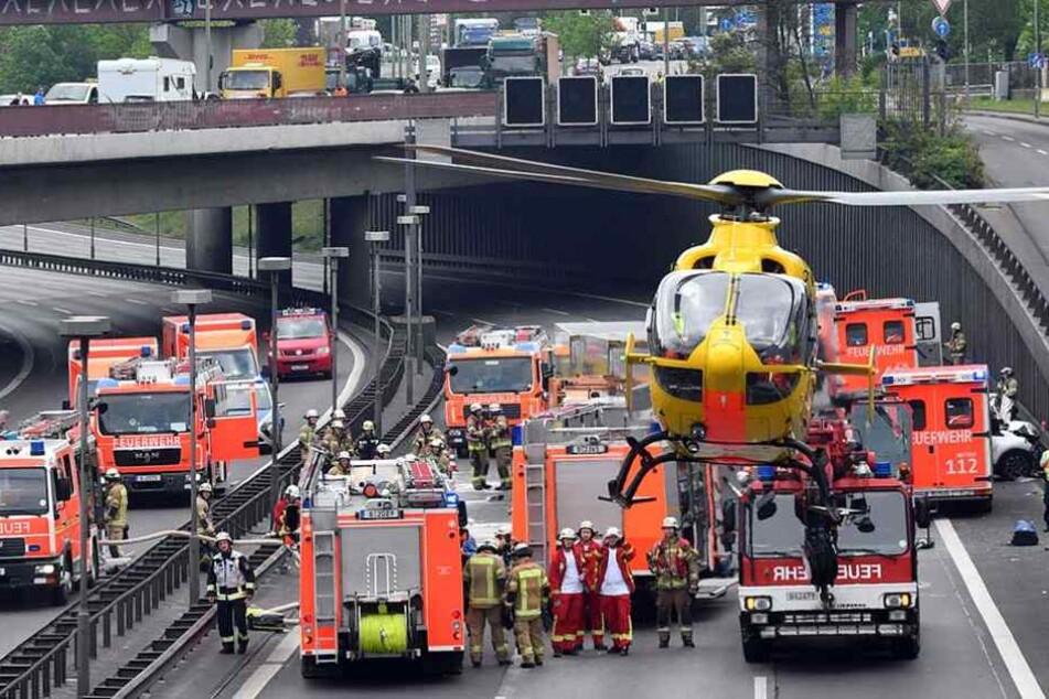Ein Rettungshubschrauber steigt auf der A100 in Berlin an einer Unfallstelle auf.