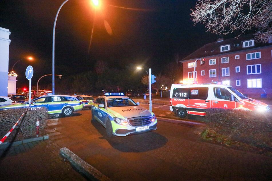 Einsatzfahrzeuge stehen vor dem Haus in Hamburg-Wandsbek.