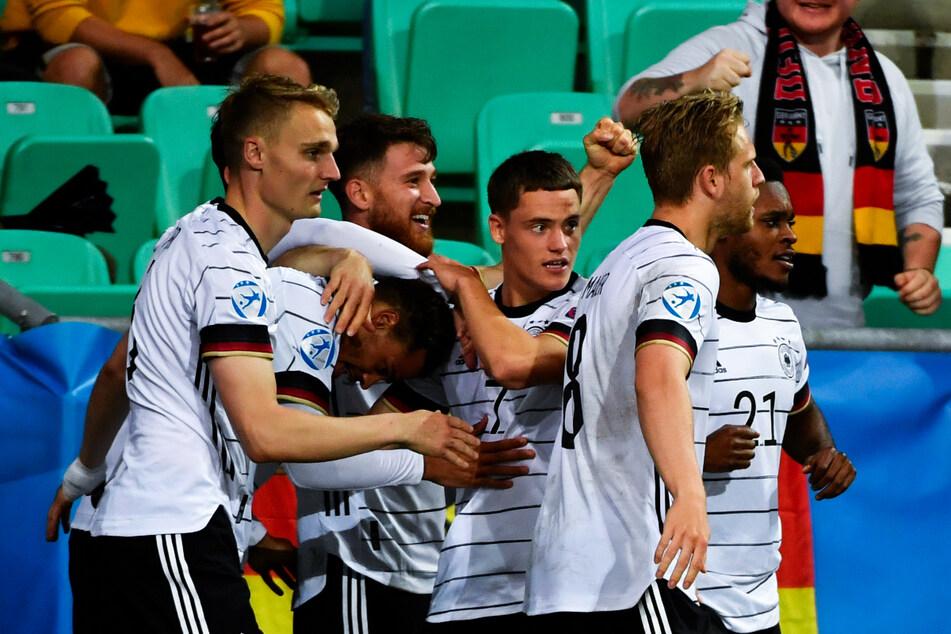 Großer Jubel bei der deutschen U21! Das Team von Stefan Kuntz ist Europameister, Siegtorschütze Lukas Nmecha (2.v.l.) zudem bester Goalgetter des Turniers.