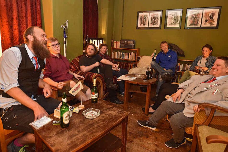 Bierselige Stimmung: Die PARTEI begrüßte Donnerstag vier Neue in ihren Reihen am Kneipenstammtisch.