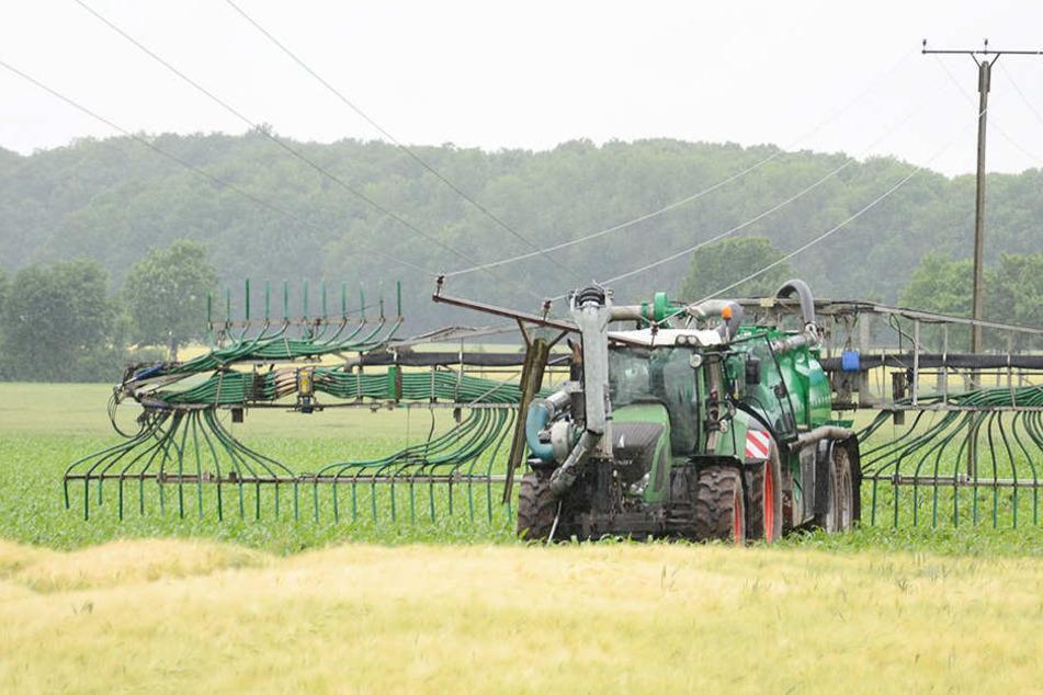 Der umgekrachte Strommast landete direkt auf dem Traktor.