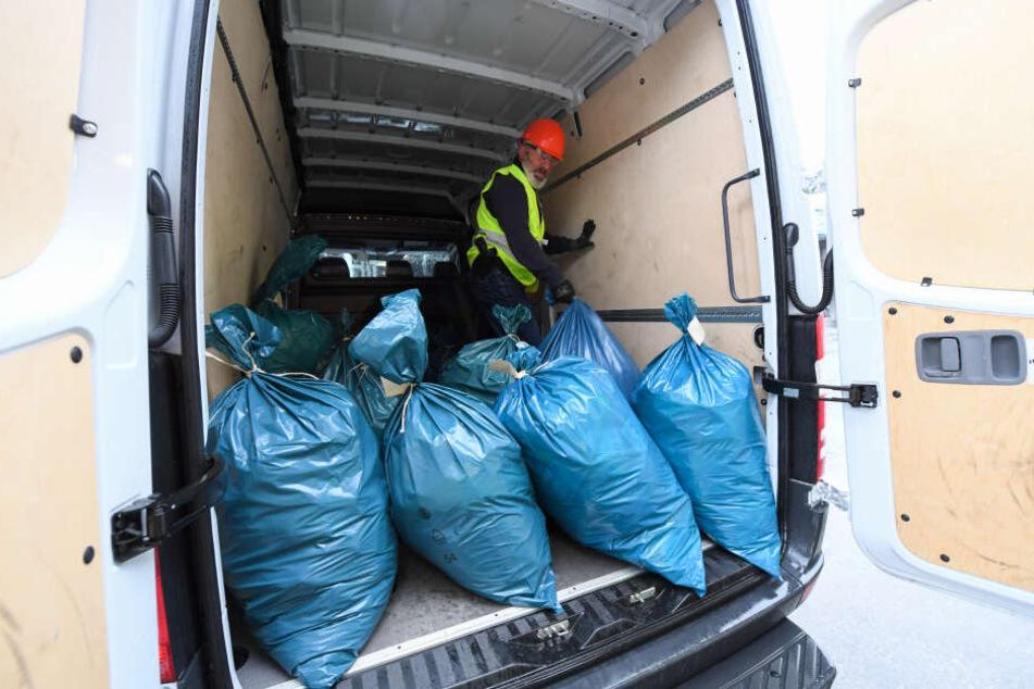 """In diesen blauen Müllsäcken steckt tatsächlich ganz """"heiße Ware"""": Mehrere Hundert Kilo Drogen werden darin zur Verbrennungsanlage in Biebesheim transportiert."""