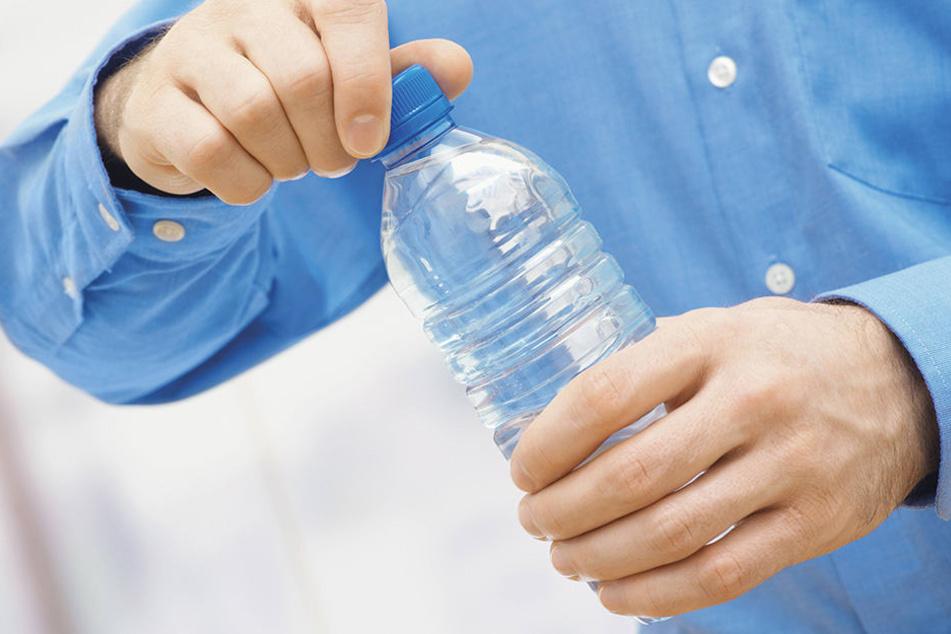 Der Mann steckte sich kleine Teile der Flasche zwischen die Finger und drohte damit. (Symbolbild)