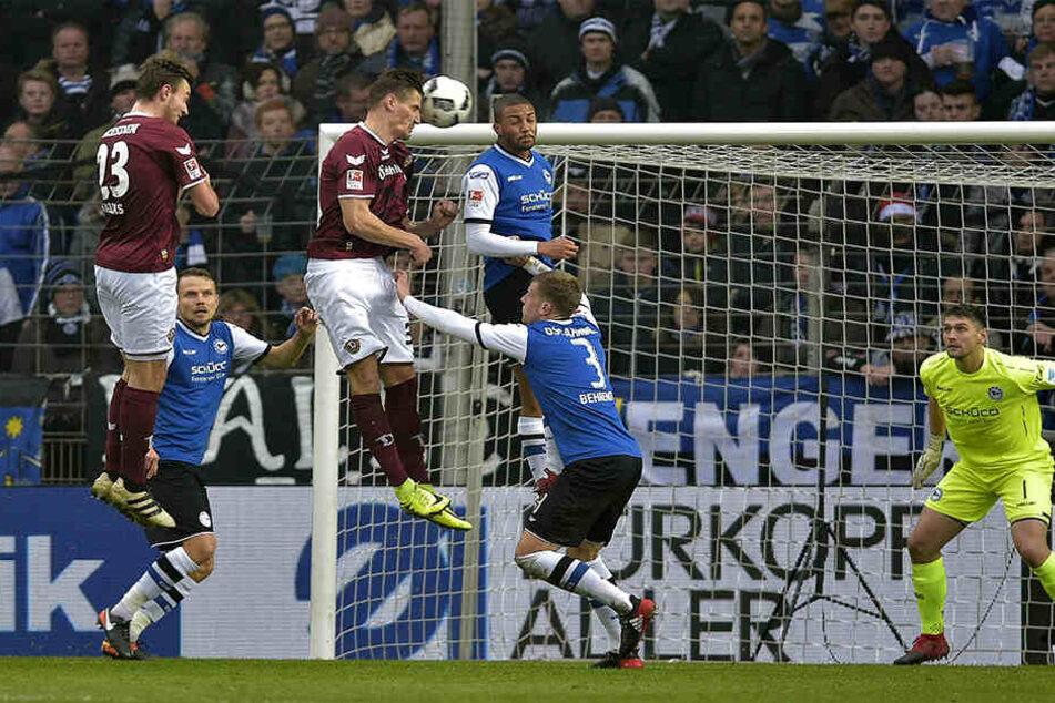Stefan Kutschke steigt am höchsten und bringt Dynamo beim 2:1-Sieg in Bielefeld per Kopf mit 1:0 in Führung.
