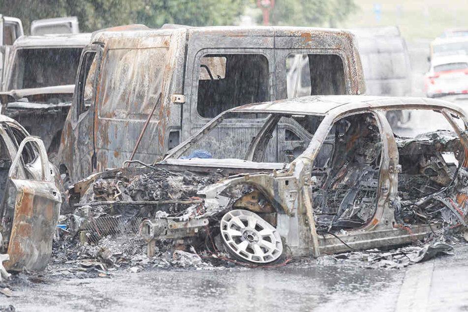 Die bislang noch unbekannten Räuber steckten mehrere Fahrzeuge in Brand - und hinterließ eine Spur der Verwüstung.