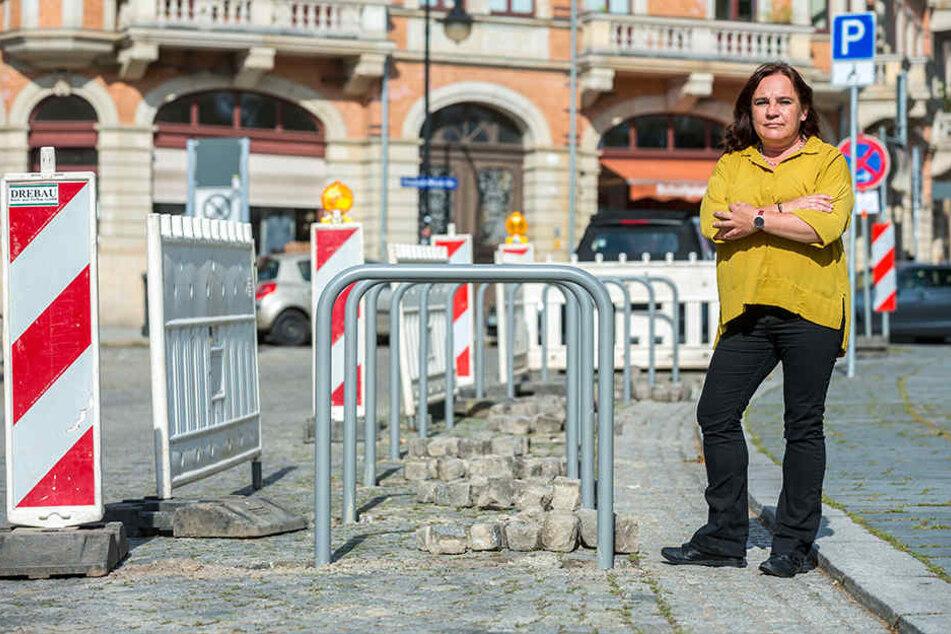 Heike Reichel (48), Geschäftsführerin des Elbhangfest-Vereins, vor den starren Fahrradbügeln am Loschwitzer Dorfplatz.
