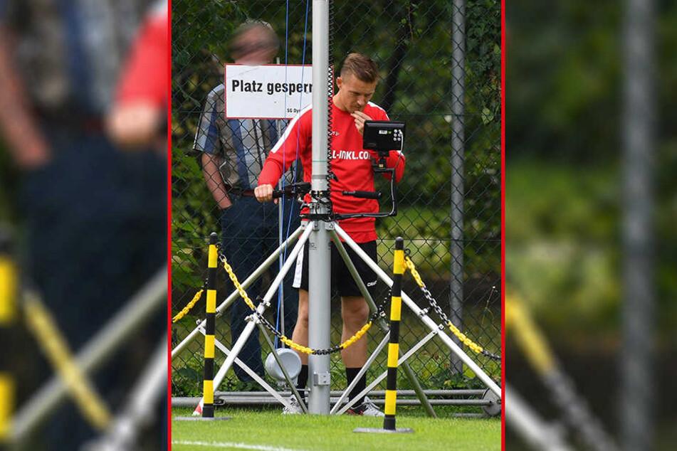 Auf einem kleinen Monitor verfolgt Analyse-Co-Trainer Felix Schimmel die Laufwege der Dynamo-Spieler.