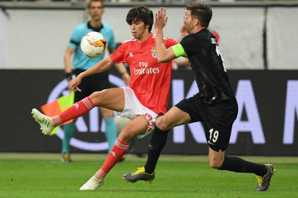 Eintracht-Kapitän David Abraham (Re.) versuchte Benfica-Wunderkind Joao Felix mit allen Mitteln zu bremsen.