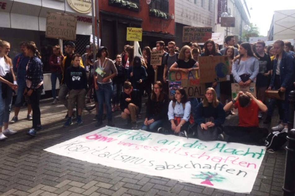 Trotz Sommerferien nehmen viele Schülerinnen und Schüler an der Demonstration teil.