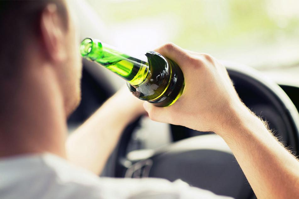 Betrunken setzte sich ein 20-Jähriger nicht nur einmal ans Steuer. (Symbolbild)