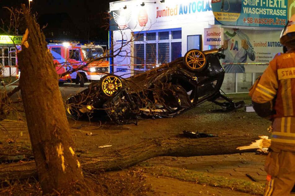 Der Audi wurde erst gegen den Baum geschleudert und kam dann auf dem Tankstellen-Gelände zum Stehen.