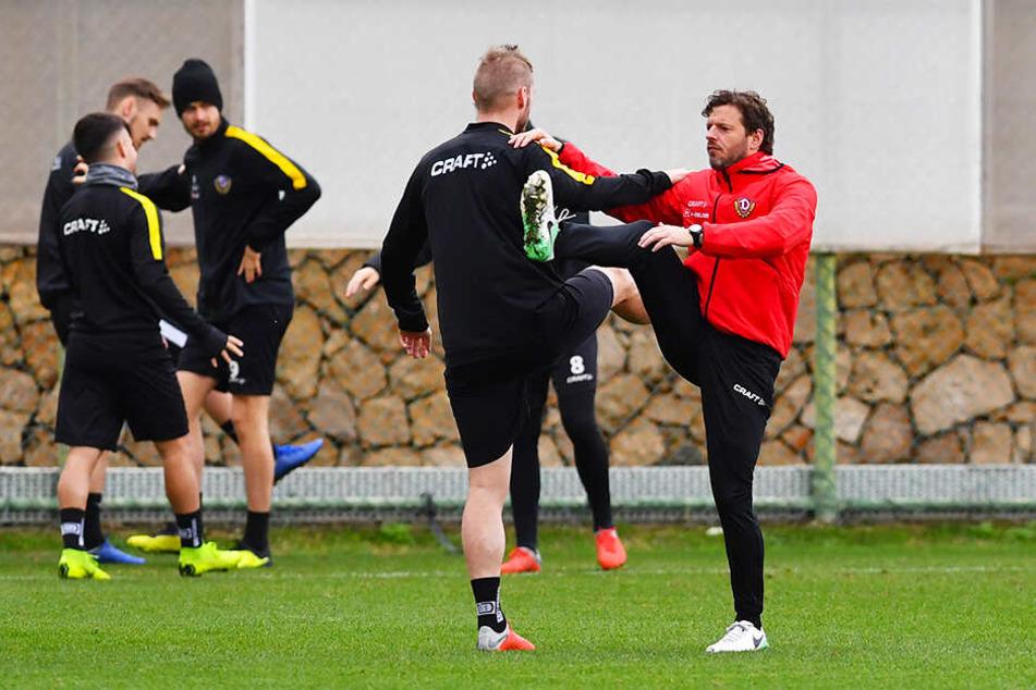 Erwärmung mit Philippe Hasler (r.), der hier Dynamo-Kicker Brian Hamalainen zeigt, wie's richtig gemacht wird.