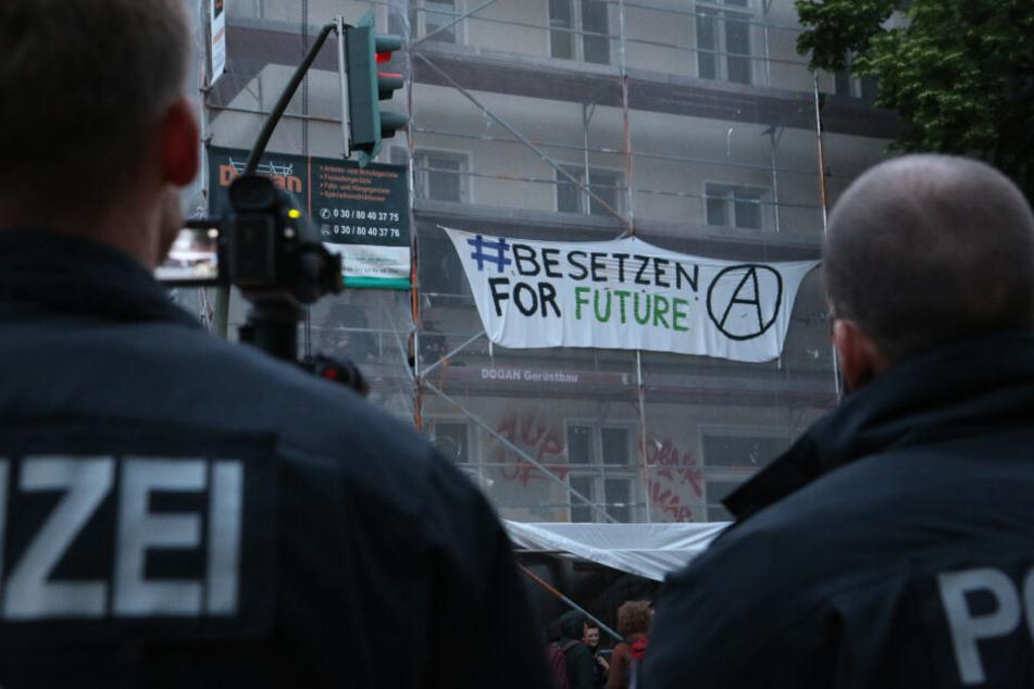 """Polizisten vor Ort: Auf einem Transparent ist """"Besetzen for Future"""" zu lesen."""
