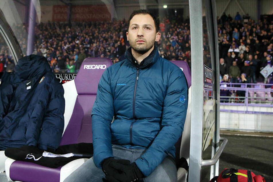 Neu-Trainer Domenico Tedesco wirkte vor dem Spiel sichtlich angespannt.