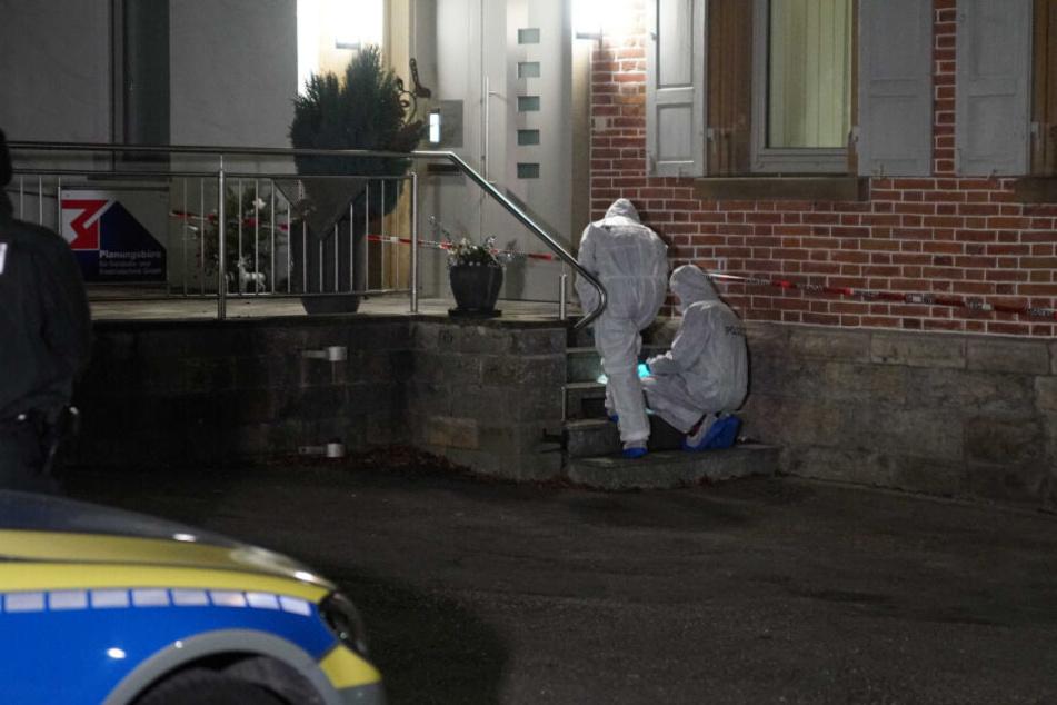 Beamte von der Spurensicherung gehen am Tatort ihrer Arbeit nach.