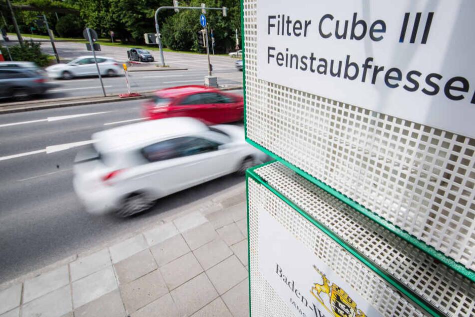 Filterwürfel, die sowohl Feinstaub als auch Stickstoffdioxid filtern können, stehen am Stuttgarter Neckartor.