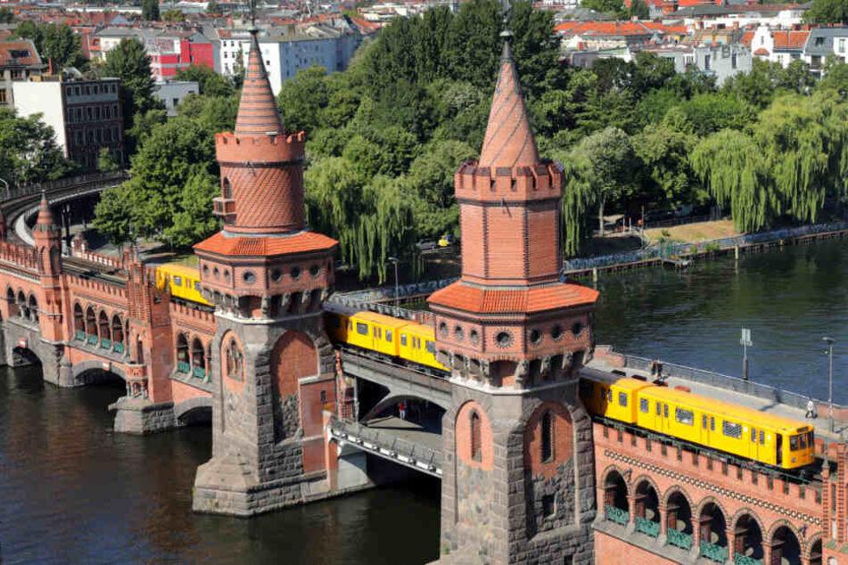 Die U1 fährt auf der Oberbaumbrücke über die Spree.