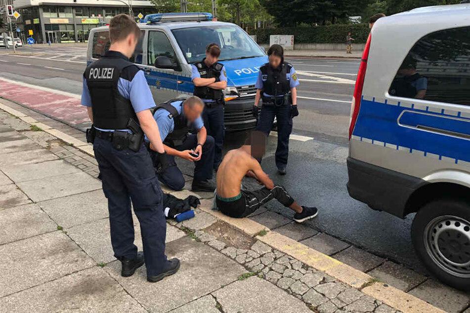 Wachpolizisten entdeckten den 26-Jährigen am Mittwochabend vor dem Marx-Monument.