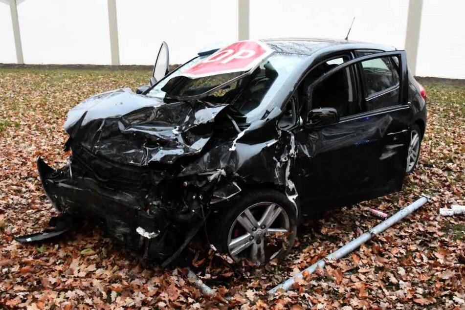 Stopp-Schild steckt nach Crash in Windschutzscheibe fest