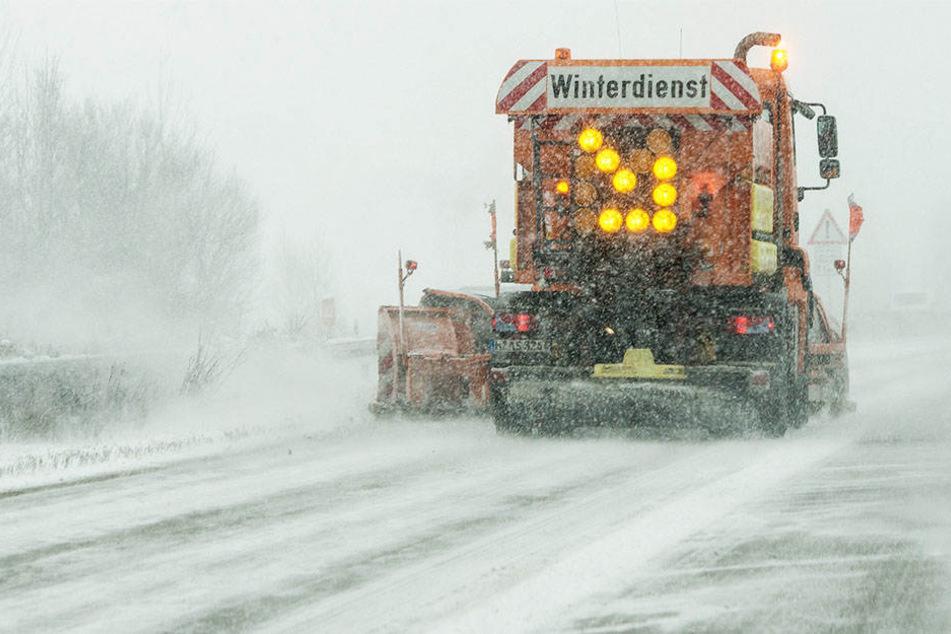 23 Fahrzeuge des Winterdienstes sind derzeit im Einsatz in der Stadt. (Symbolbild)