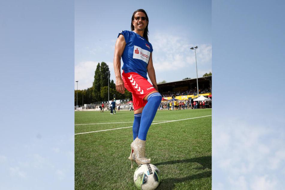 """Jorge Gonzales, Choreograph und Model, trat bei """"Kicken mit Herz"""" mit High Heels an."""
