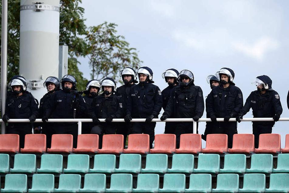Bei Sicherheitsspielen muss die Polizei eine erhöhte Präsenz zeigen.