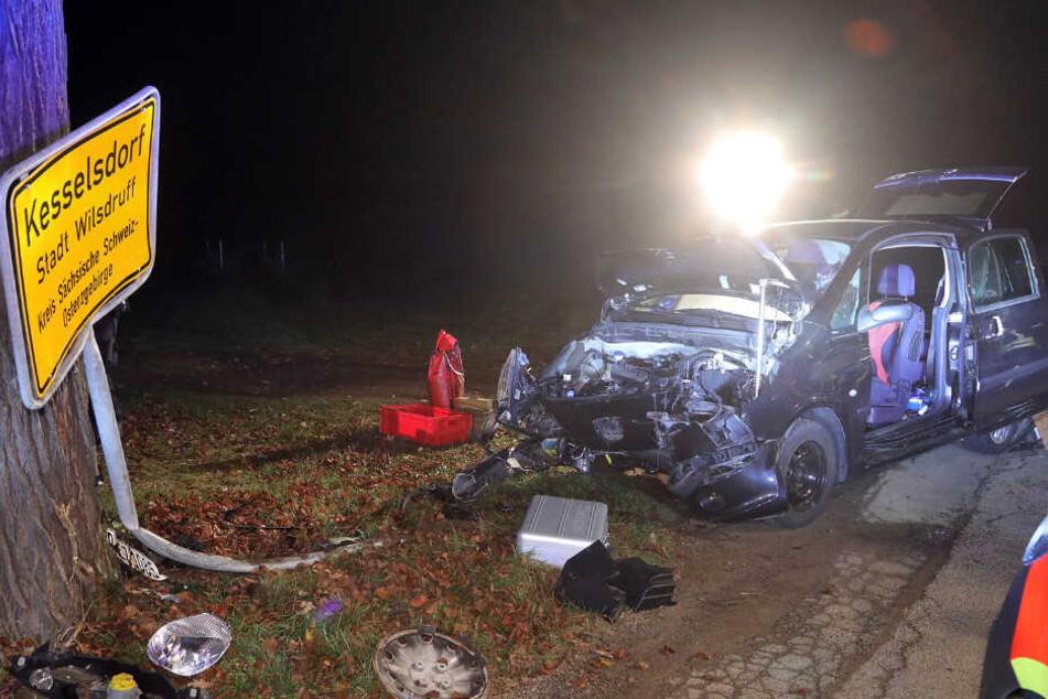 Heftiger Unfall in Kesselsdorf: Auto mäht Ortsschild um - TAG24