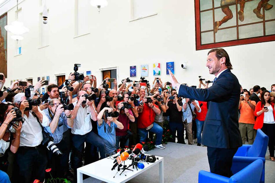 Volle Pressekonferenz: Francesco Totti erklärte seine Entscheidung den vielen anwesenden Medienvertretern.