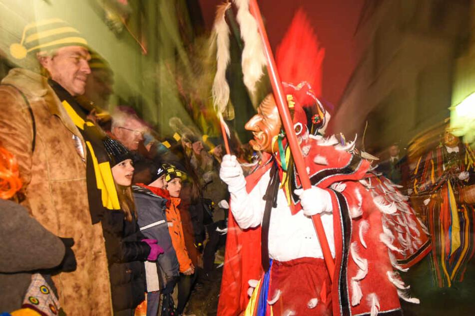 Stuttgart: Die Narren sind los! Tausende Zuschauer beobachten das Spektakel