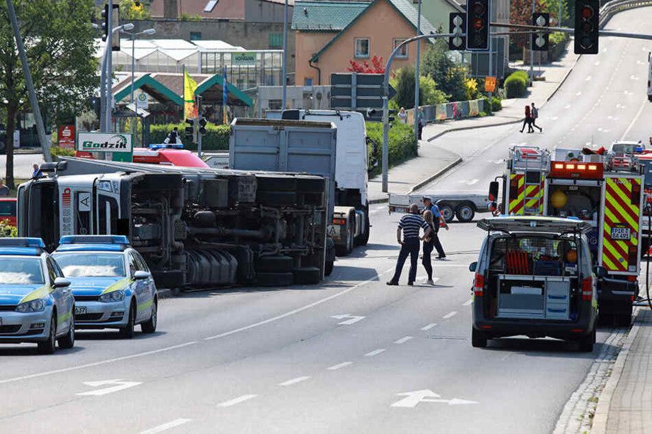 Der Lkw kippte auf der Kreuzung in Possendorf um.