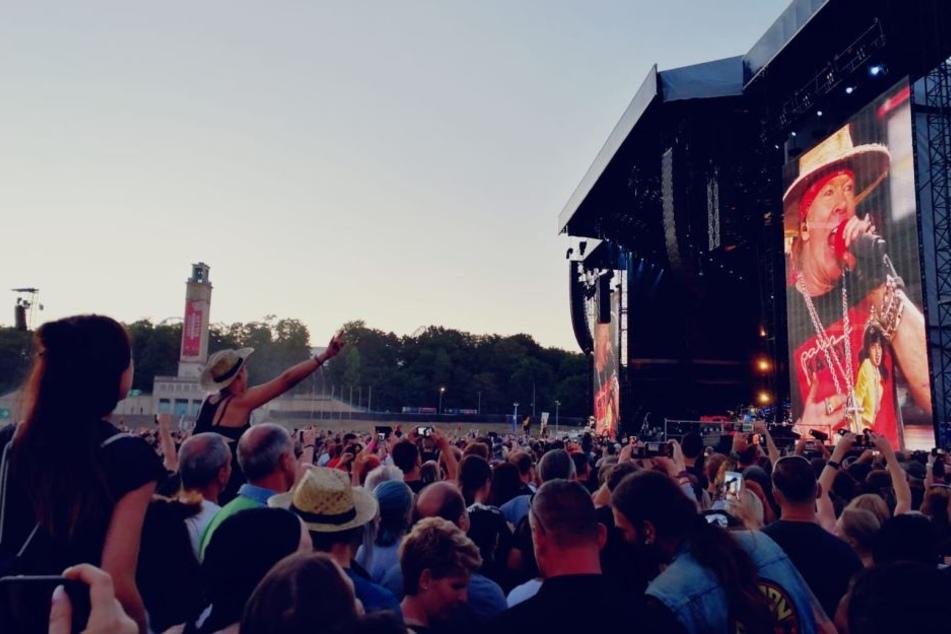 Die Freundin auf die Schultern und abrocken: Tausende Rockfans feierten am Samstag mit Guns N' Roses in Leipzig.