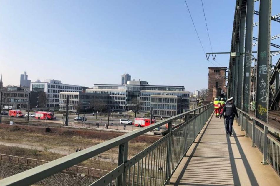 Kölner Südbrücke Betrunkener (46) balanciert über Stahlträger - Bahnverkehr lahmgelegt