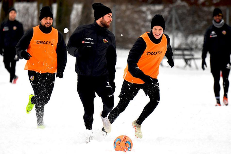 Kennenlernen im Schnee: Dzenis Burnic (r.) hat während seiner ersten Trainingseinheit mit Niklas Kreuzer (M.) und Aias Aosman sichtlich Spaß.