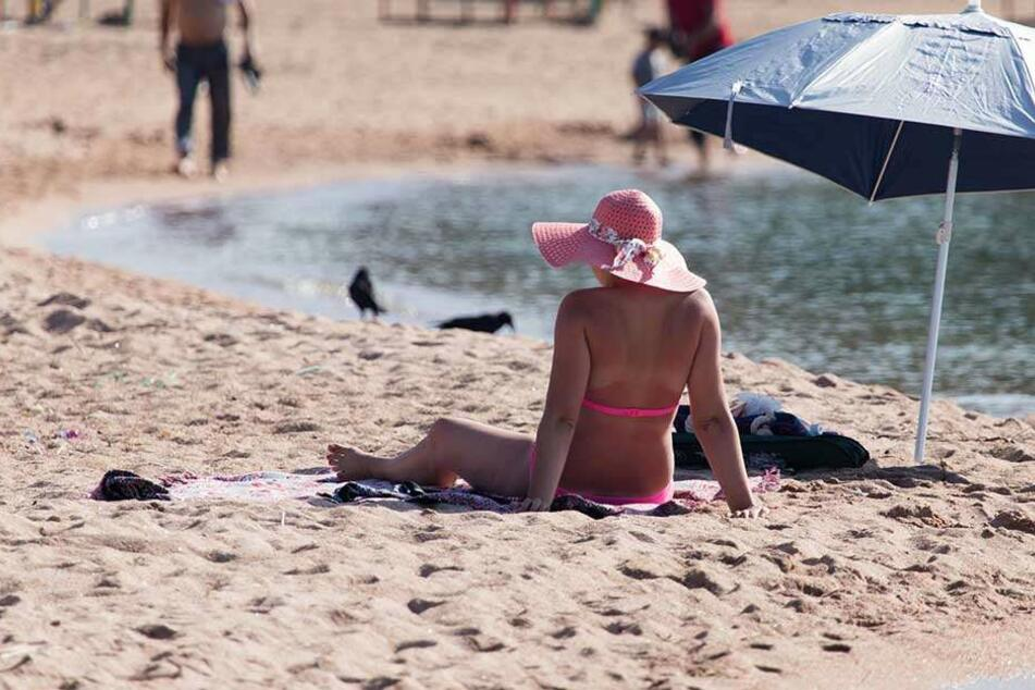 Horror-Unfall am Strand: Sonnenschirm rammt sich in Brust einer Frau