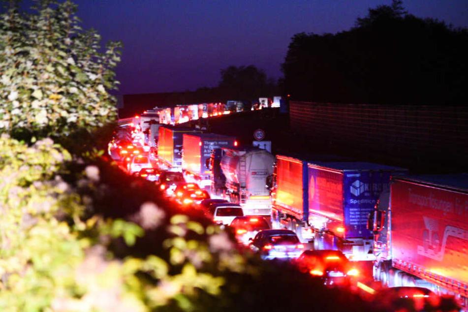 Nach dem Unfall staut sich der Verkehr derzeit.