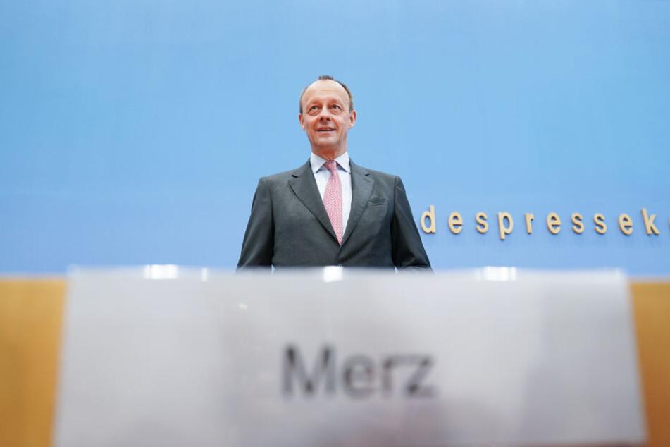 Friedrich Merz (CDU), ehemaliger Unions-Fraktionsvorsitzender im Bundestag, steht zu Beginn auf einer Pressekonferenz in der Bundespressekonferenz zu einer möglichen Kandidatur für den CDU-Vorsitz.