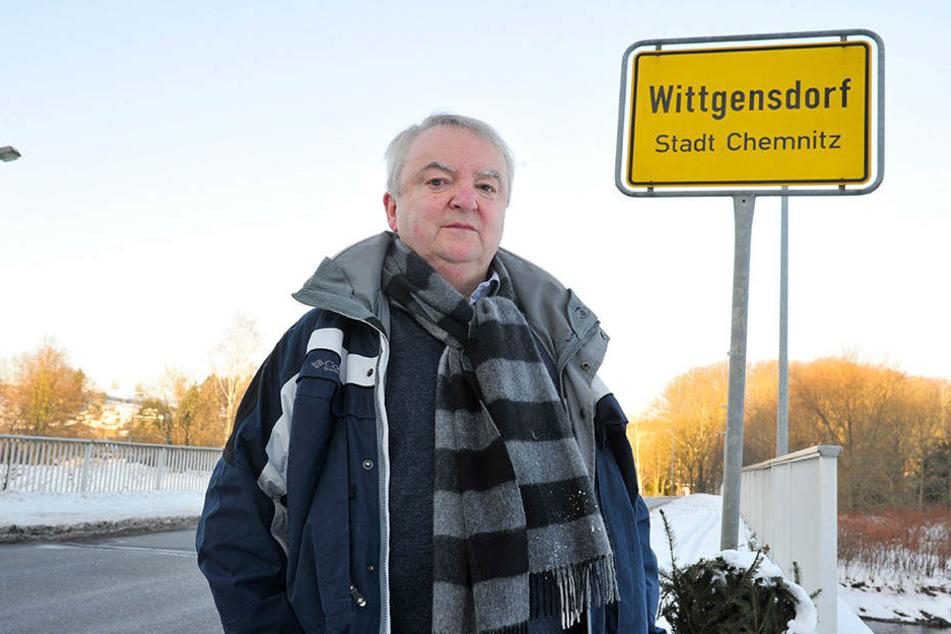 """Ullrich Müller (69) am Ortseingang: """"Dass auf unserem Schild unter  Wittgensdorf Stadt Chemnitz steht, interessiert keinen."""""""