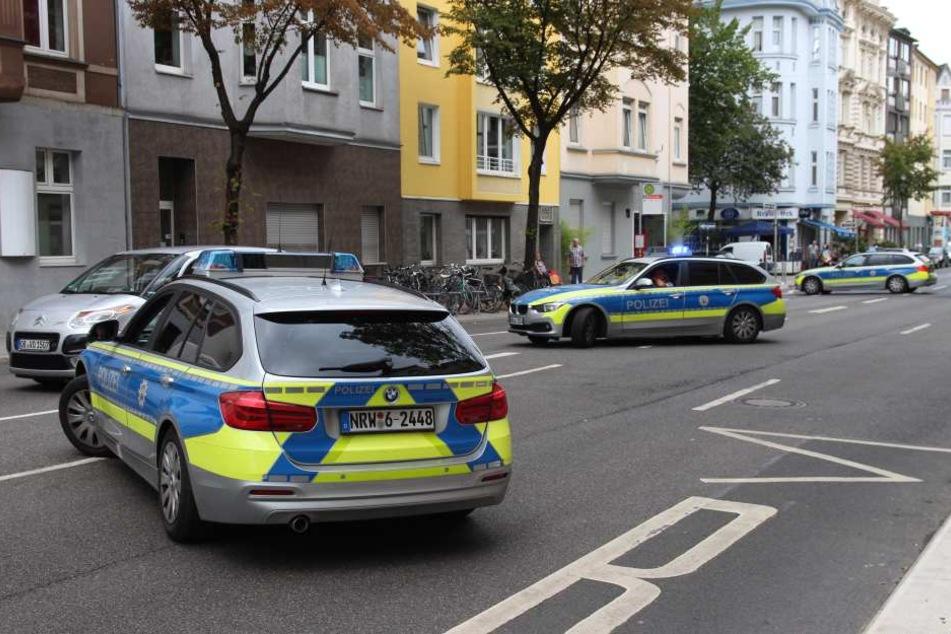 Frau (36) stirbt nach Messerattacke auf der Straße, Täter flüchtig